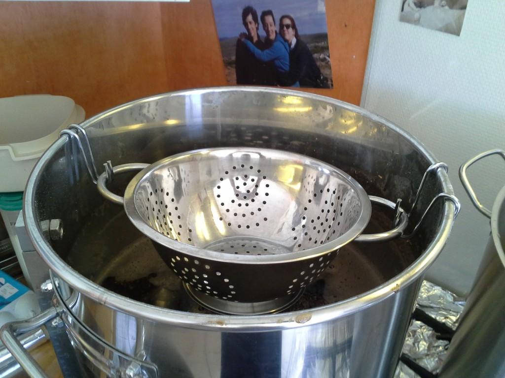 Lors de la filtration, il faut ajouter de l'eau à 78°C pour obtenir la quantité de mout à monter en ébullition. Pour ne pas remuer la maische qui sert de filtre, l'eau est dispersée par une passoire.